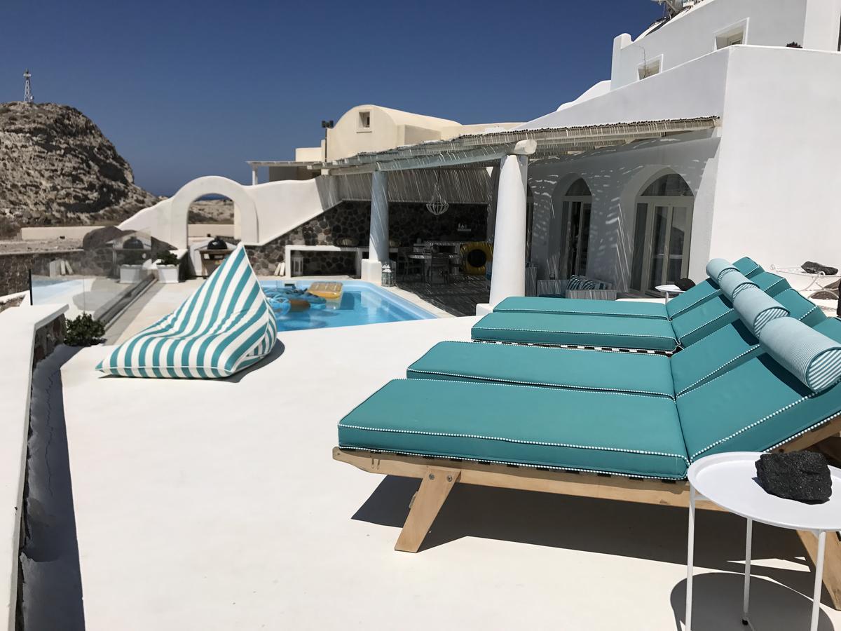 Ode_Villa_Santorini Poolside with sunbeds