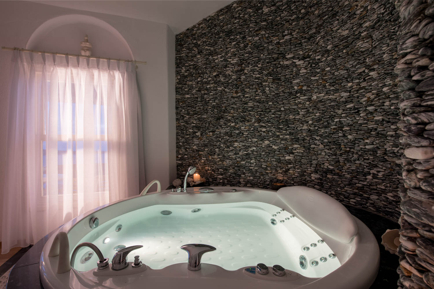 Villa in Oia of Santorini indoor Jacuzzi
