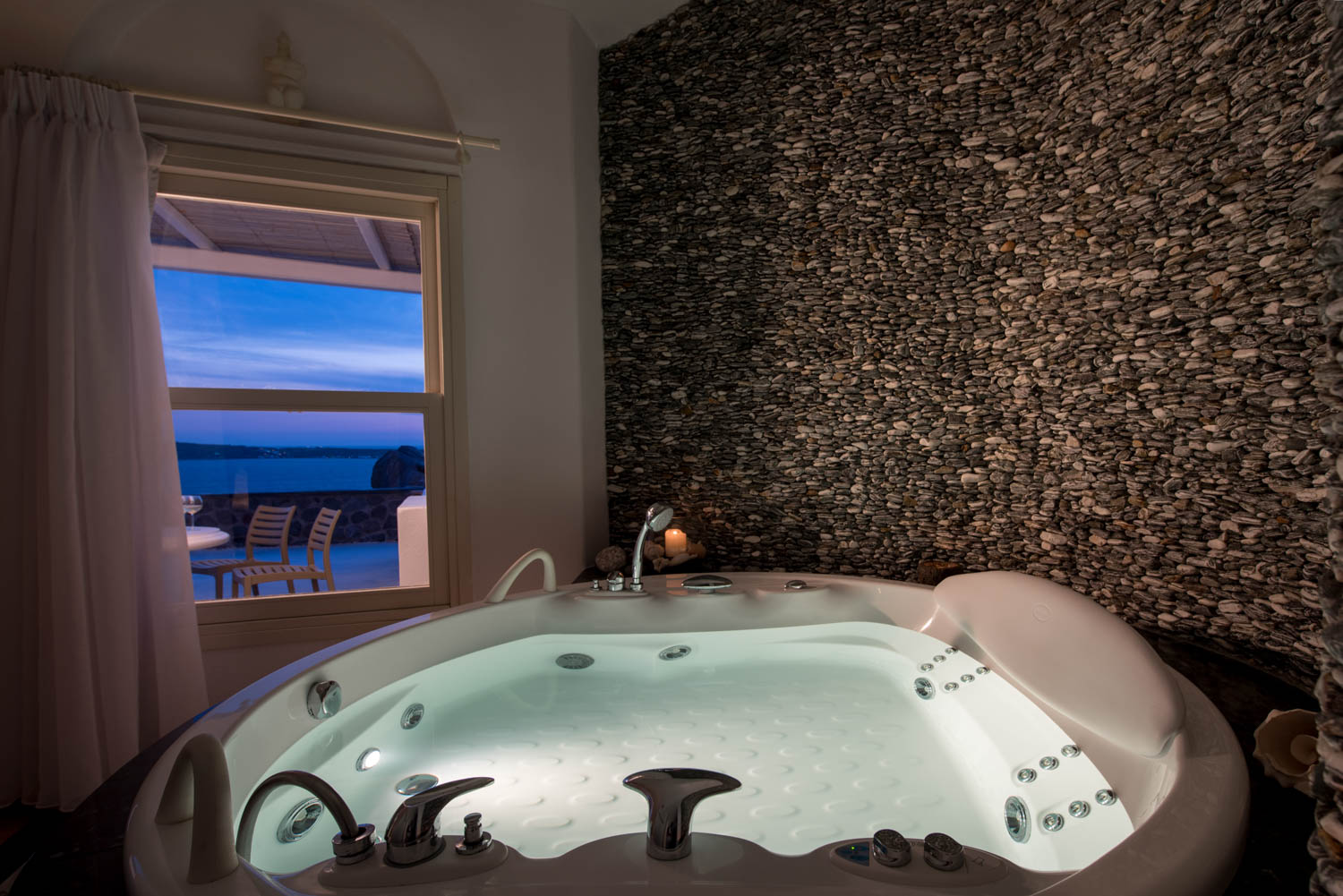 Villa in Oia of Santorini bedroom with indoor Jacuzzi